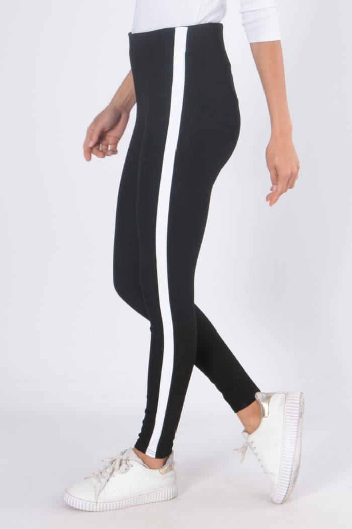 00125 Mustat housut valkoisella sivuraidalla sivu