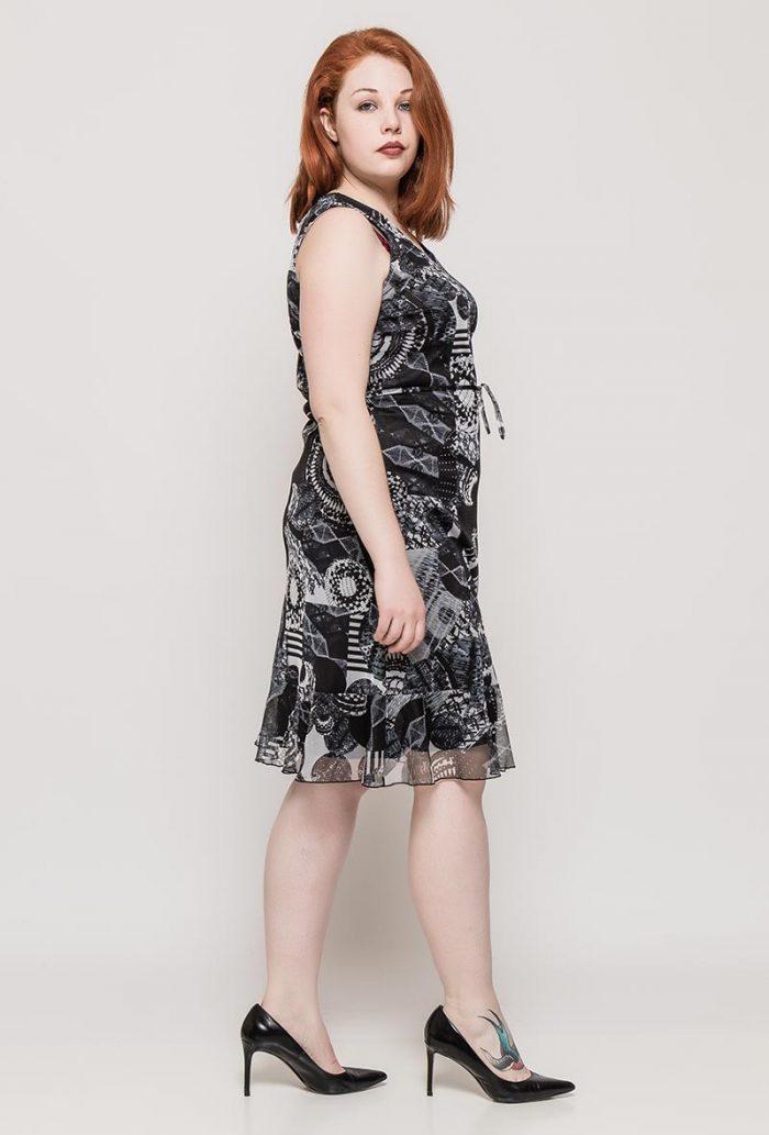 Mustavalkoinen kuviollinen mekko