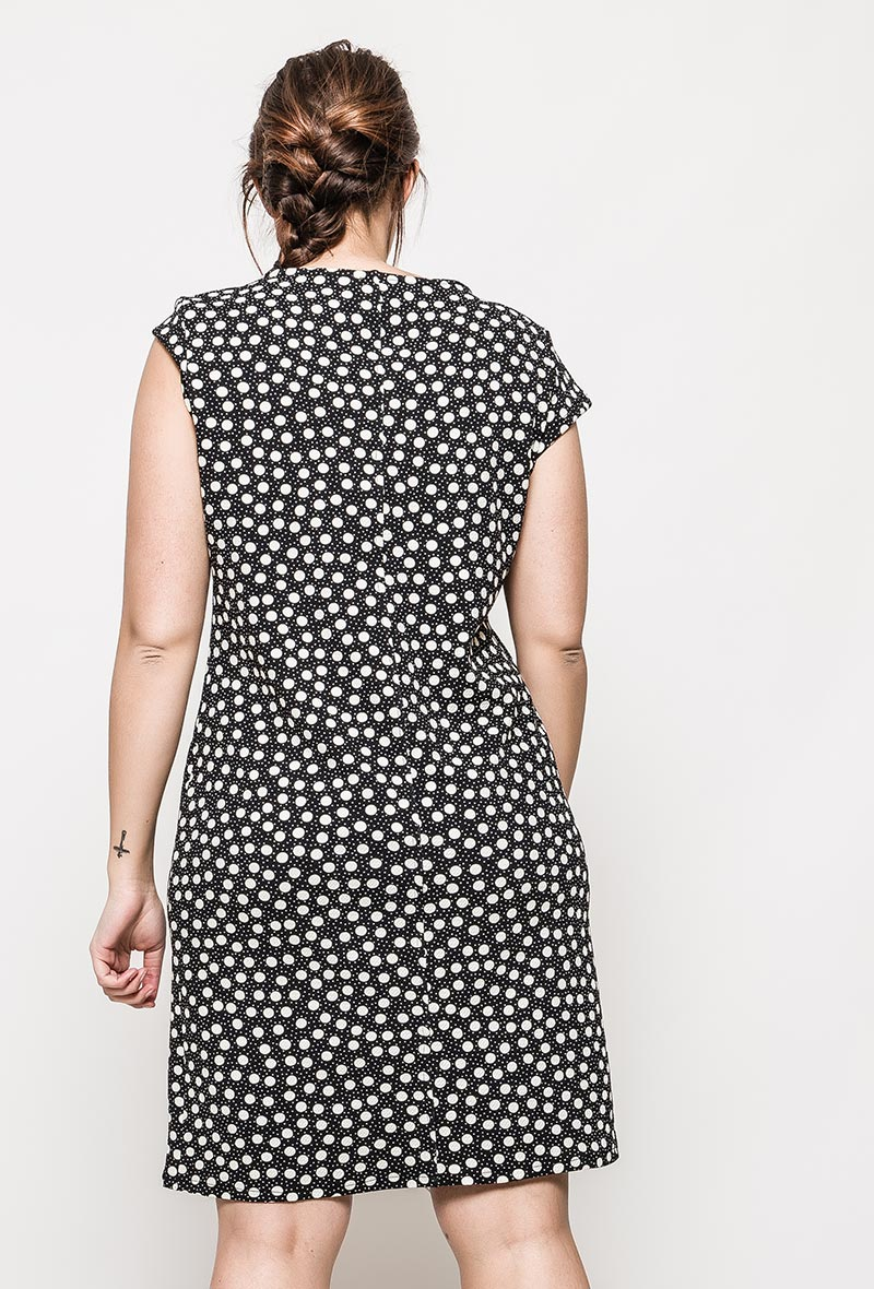 Mustavalkoinen mekko